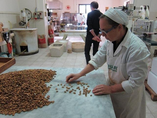 TORRONI BACI/トローニバーチ/イタリアの手作りチョコレートヌガー/340g/19~20袋入り
